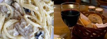 Spaghetti Carbonara con pan italiano y una copa de vino.